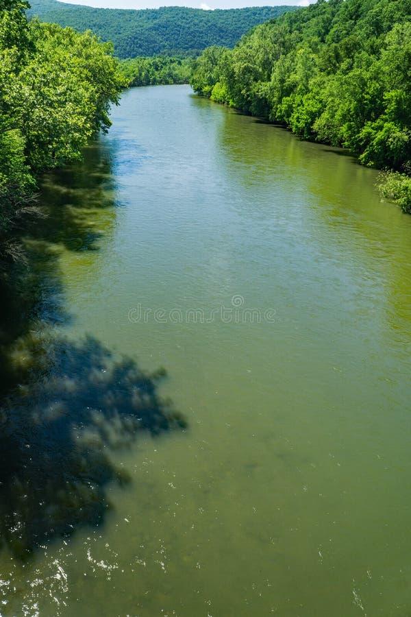 Vertikale Ansicht James Rivers am schönen Frühlings-Tag lizenzfreies stockfoto