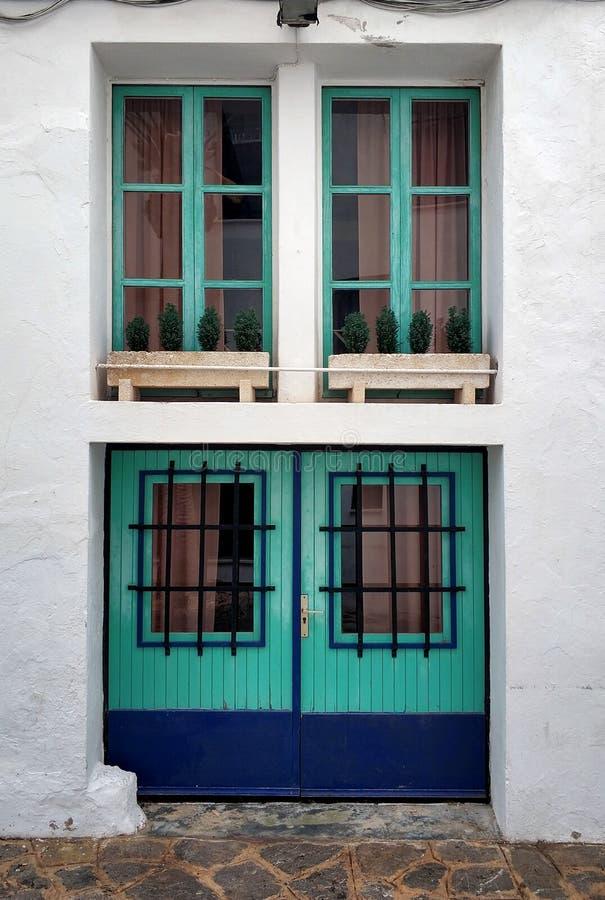 Vertikale Ansicht von rustikalen Fenstern und von Türen stockbild