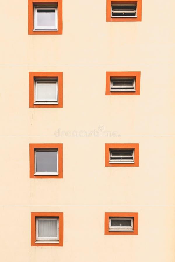 Vertikale Ausrichtung von Fenstern in einem Altbau stockbilder