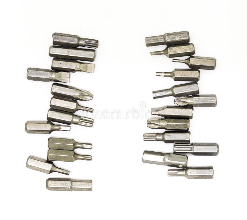 Vertikale Beschränkungen der gesetzten austauschbaren Köpfe des Metalldüsenschraubenziehers gegen weißen Hintergrund entwerfen di lizenzfreie stockfotografie