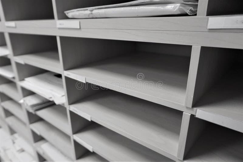 Vertikale Briefkästen in den Büroräumen stockfotografie