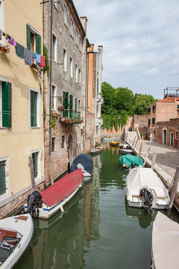 Vertikale Crop Crop Stille Canal mit Boote und Wäscherei in Venedig lizenzfreie stockfotografie