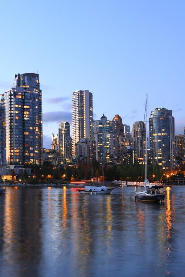 Vertikale Dämmerungsansicht von Vancouver über Bucht lizenzfreie stockfotos