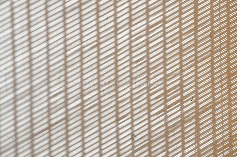 Vertikale des abstrakten Hintergrundes undeutliche und schiefe Streifen auf Schmutzweißbetonmauer lizenzfreies stockfoto