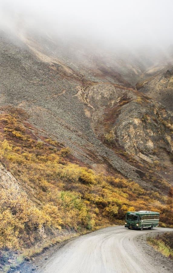 Vertikale - ein Reisebus reist die schmalen Straßen Nationalparks Denali stockbilder