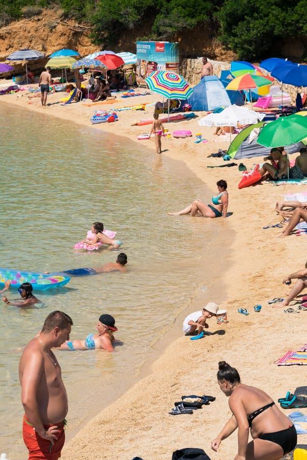 Vertikale Fotografie von Badegästen auf einem freien Strand in Kroatien lizenzfreies stockfoto