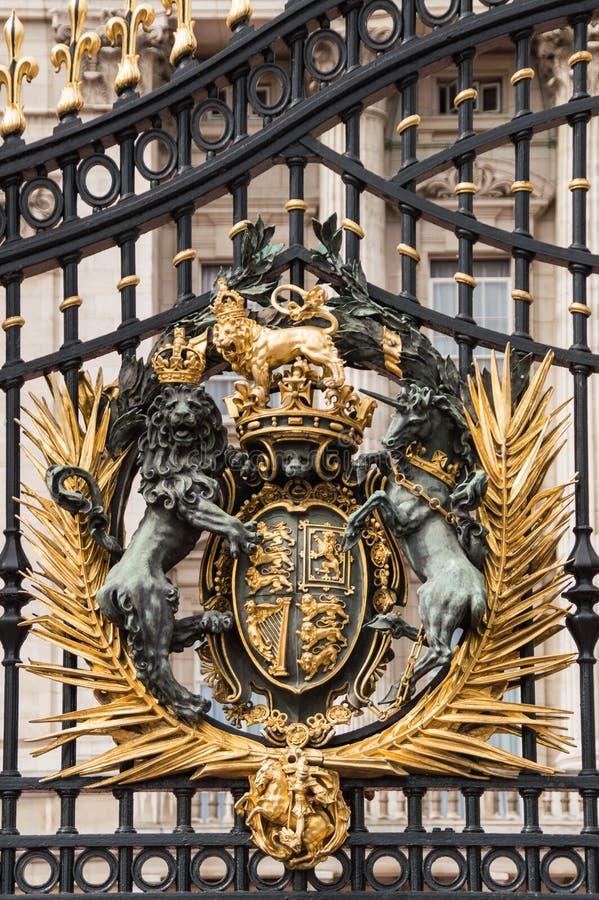 Vertikale Großaufnahme von goldenen Buckingham Palace-Toren stockbilder