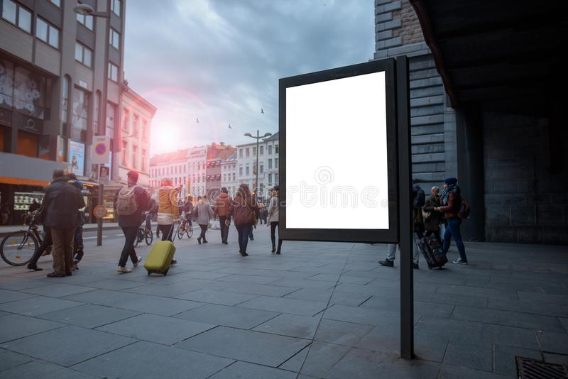 Vertikale leere Anschlagtafel im Stadtzentrum mit Spott oben Der Plan ist in einer gedrängten Straße mit Leuten stockfotos