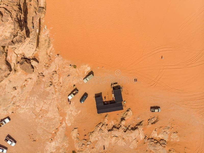 Vertikale Luftaufnahme eines beduinischen Zeltes und des Park-SUVs im WüstenNaturreservat Wadi Rum, Jordanien, genommen mit dem B lizenzfreies stockbild