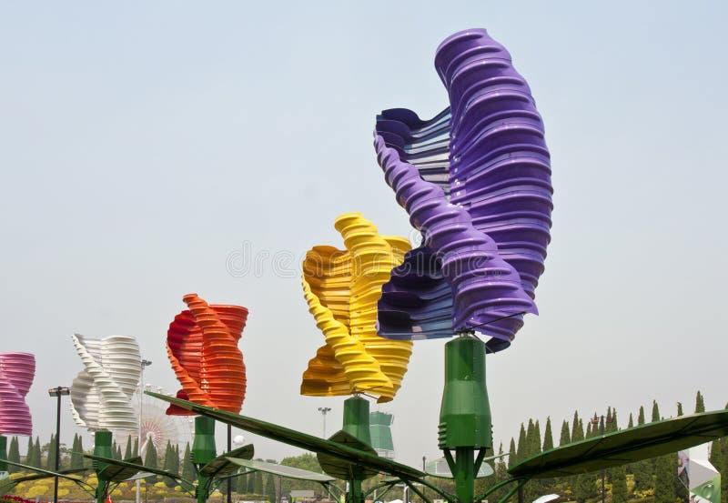 Vertikale Mittellinienwindturbinen im Park lizenzfreies stockfoto