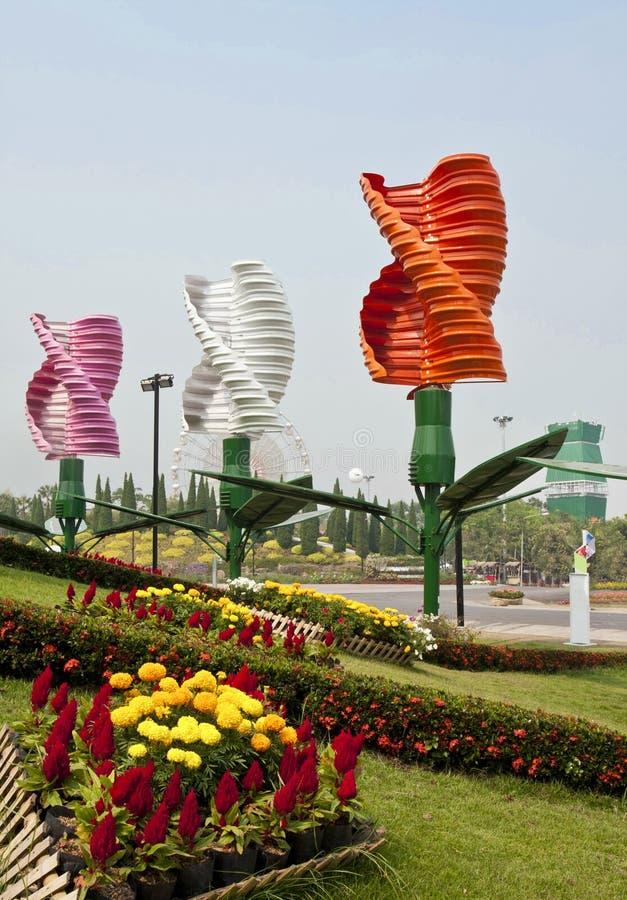 Vertikale Mittellinienwindturbinen im Park stockfotos