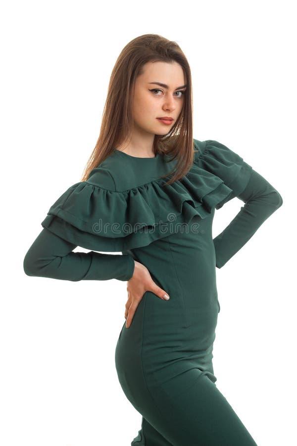 Vertikale Porträt recht dünne Dame in einem Kleid, das im Studio aufwirft lizenzfreie stockbilder