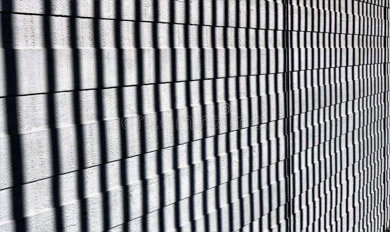 Vertikale Schatten auf hölzernen Latten Abstraktes Muster in Schwarzweiss lizenzfreie stockbilder