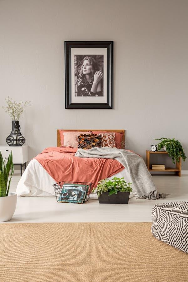 Vertikale Schlafzimmer-Entwurfsidee der Ansicht O stilvolle im modischen Haus lizenzfreie stockfotos
