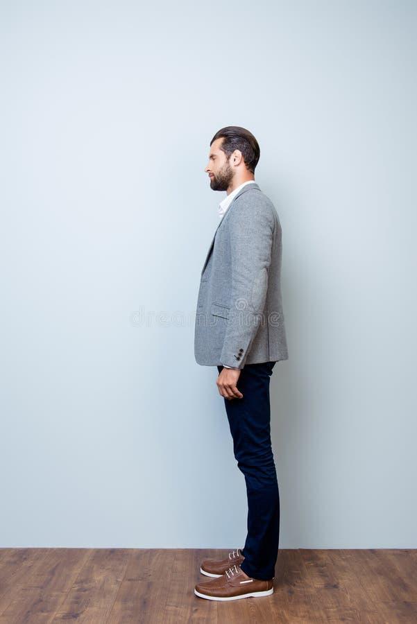 Vertikale Seitenansichtganzaufnahme von überzeugtem ansehnlichem stockfotografie