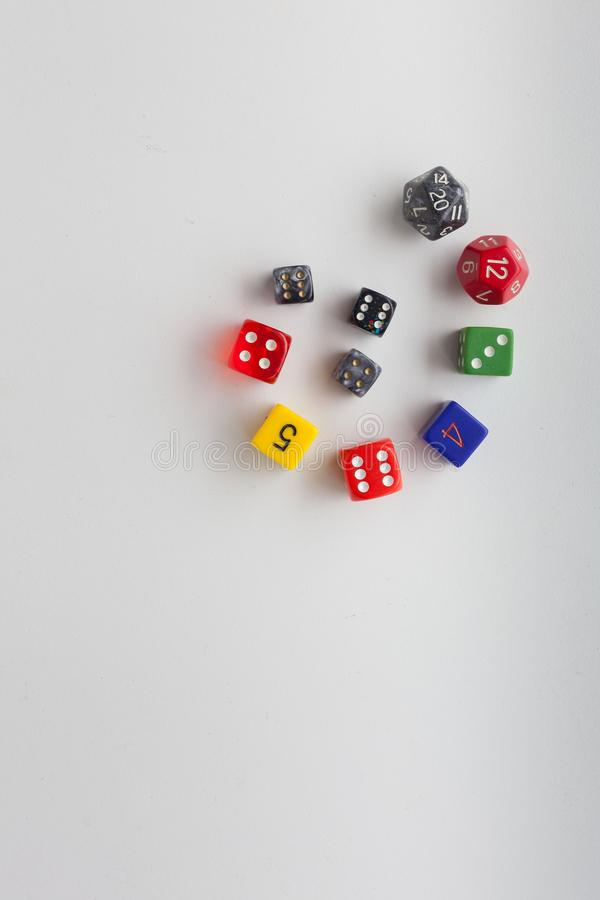 Vertikale Spielwürfel in wirbelndem Muster stockbilder