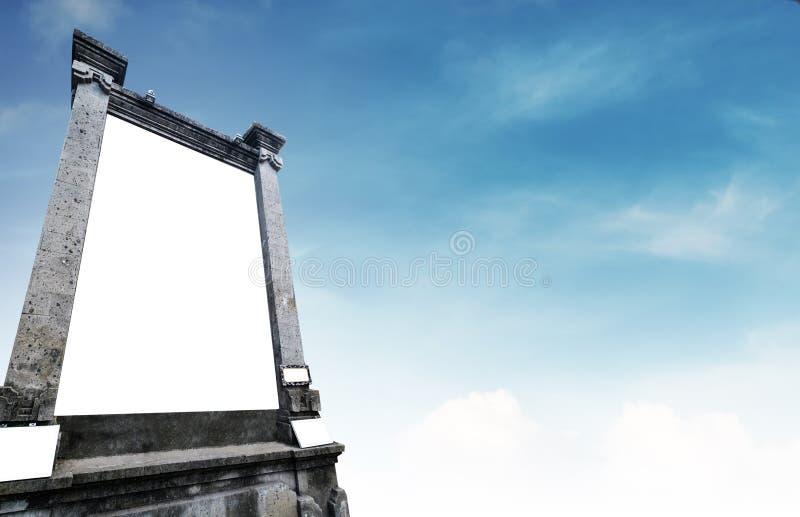 Vertikale SteinAnschlagtafel, mit Kopienraum auf blauem Himmel stockbilder