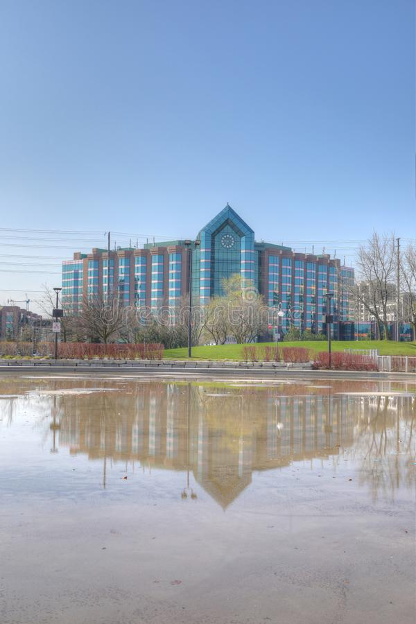Vertikale von Hilton Hotel und von reflektierendem Pool in Markham, Kanada lizenzfreie stockfotografie