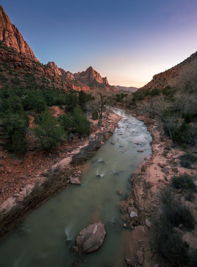 Vertikale von Zion National Park mit Flussfluß in Sonnenuntergang stockfotografie