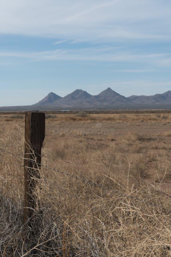 Vertikaler Gebirgszug Tres Hermanas im Südwestennew mexico lizenzfreie stockfotos