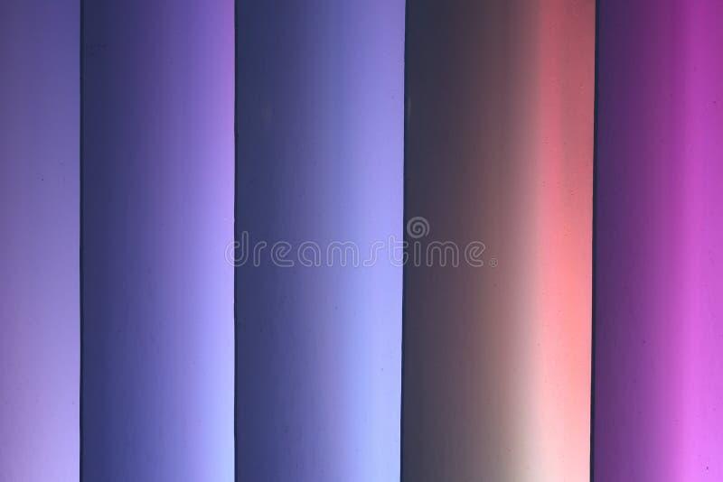 Vertikaler gestreifter bunter Hintergrund, mit blauer Steigung lizenzfreie stockfotos