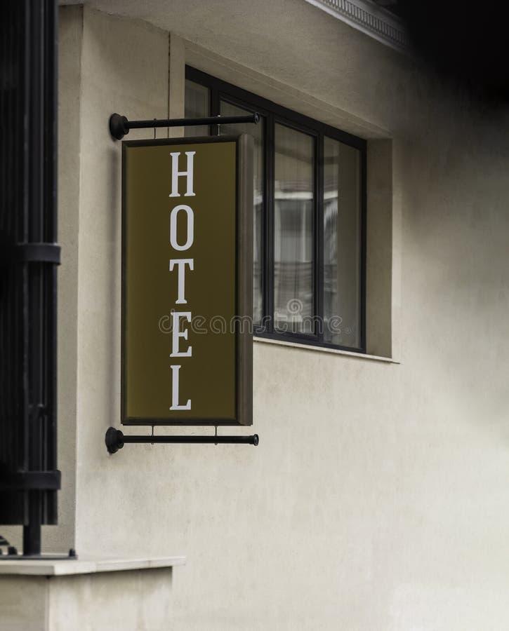 Vertikaler Hotelzeichentext auf Spott der Anschlagtafel im Freien herauf die Leuchtreklame, die Leute touristische Fußgänger- ode stockbilder