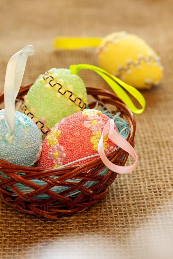 Vertikaler Ostern-Hintergrund mit farbigen Eiern stockfotografie