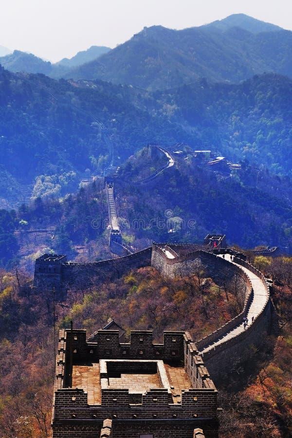 Vertikaler Panoramablick des Mutianyu-Abschnitts der Chinesischen Mauer, umgeben durch grüne und gelbe Vegetation stockfotografie