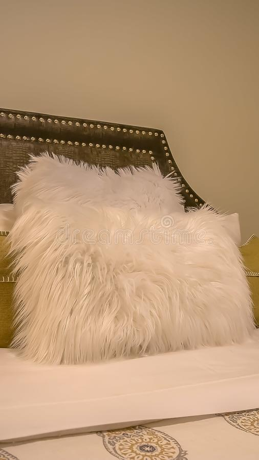 Vertikaler Schlafzimmerinnenraum mit Kissen gegen gepolsterte belgrave Kopfende eines Betts stockfotos