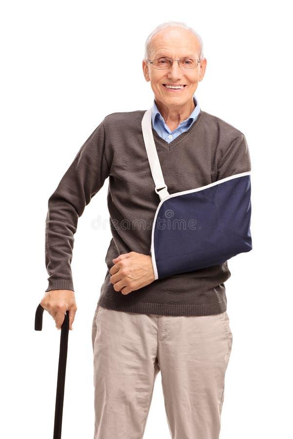 Vertikaler Schuss eines älteren Mannes mit einem gebrochenen Arm lizenzfreies stockbild