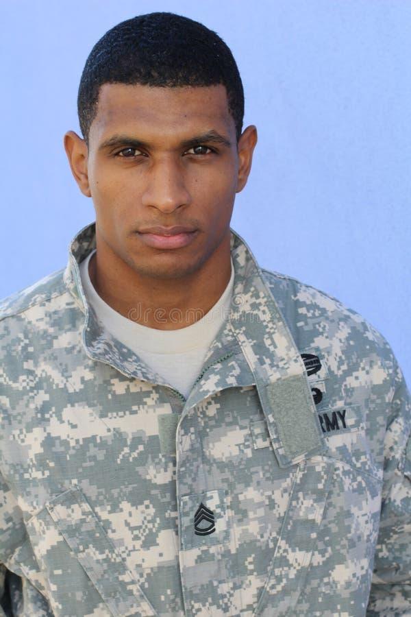 Vertikales Bild des Militärafroamerikanermannes mit PTSD lizenzfreie stockbilder