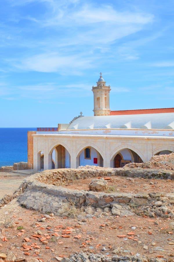 Vertikales Bild von Apostolos Andreas Monastery in Dipkarpaz, Karpas-Halbinsel, türkisches Nord-Zypern stockfotografie
