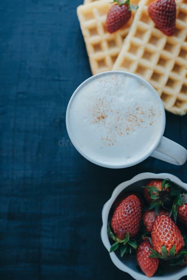Vertikales Foto Belgische Waffeln, Erdbeeren und Kaffee im Whit lizenzfreie stockbilder