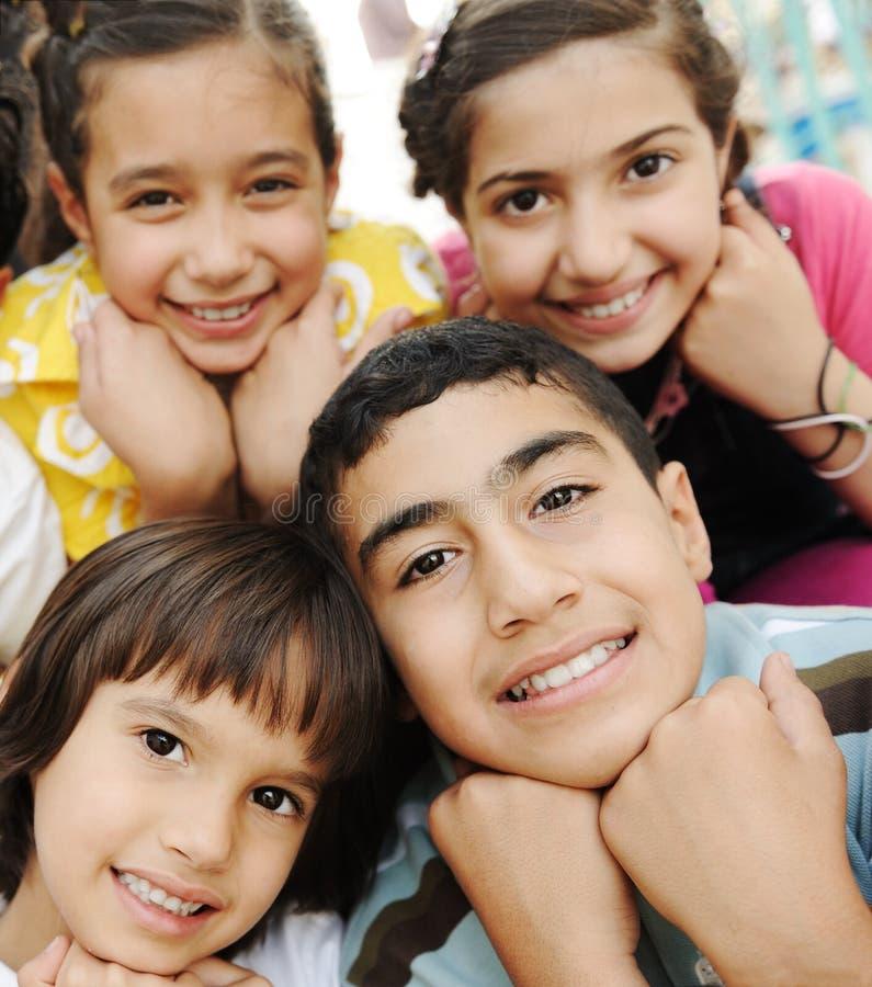 Vertikales Foto der Kindgruppe, stockfotos