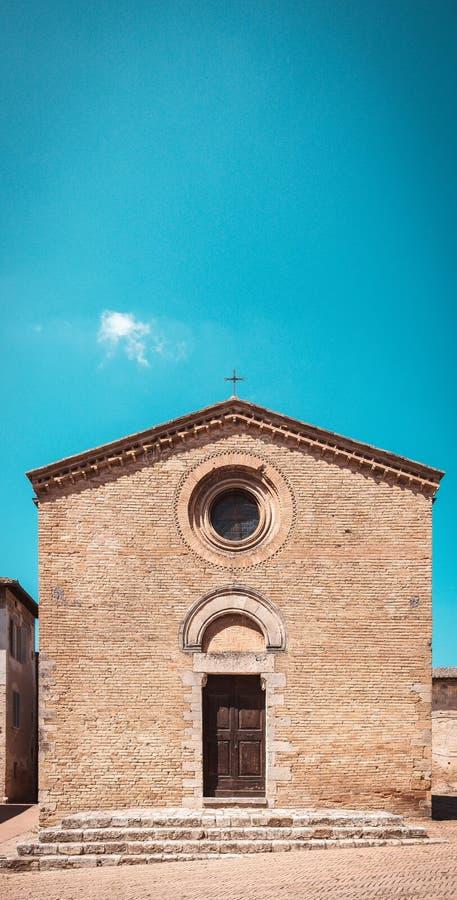 Vertikales Foto der kleinen italienischen Kirche Gebäude ist in der berühmten italienischen Stadt San Gimignano in Toskana Stadt  lizenzfreies stockfoto