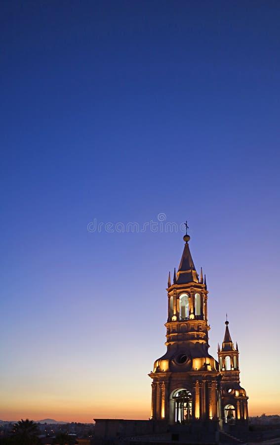 Vertikales Foto des Aufleuchtens die Basilika-Kathedrale von Arequipas Belfry gegen tiefen blauen Glättungshimmel, Arequipa, Peru stockbild