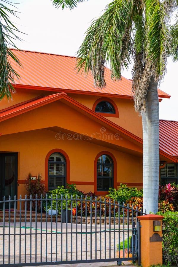 Vertikales Foto typisches Süd-Florida-Haus mit Sicherheitszaun a lizenzfreies stockbild
