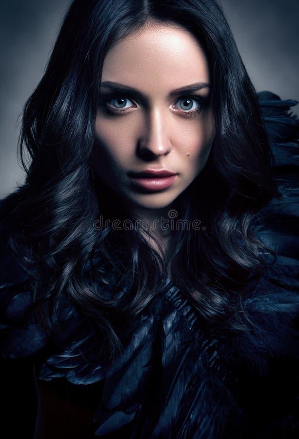 Vertikales getontes Modeporträt in den dunklen Tönen Schöne junge Frau im Schwarzen lizenzfreie stockbilder