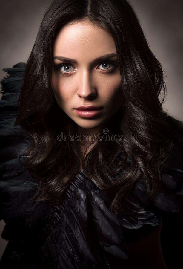Vertikales Modeporträt in den dunklen Tönen Schöne junge Frau im Schwarzen lizenzfreie stockbilder
