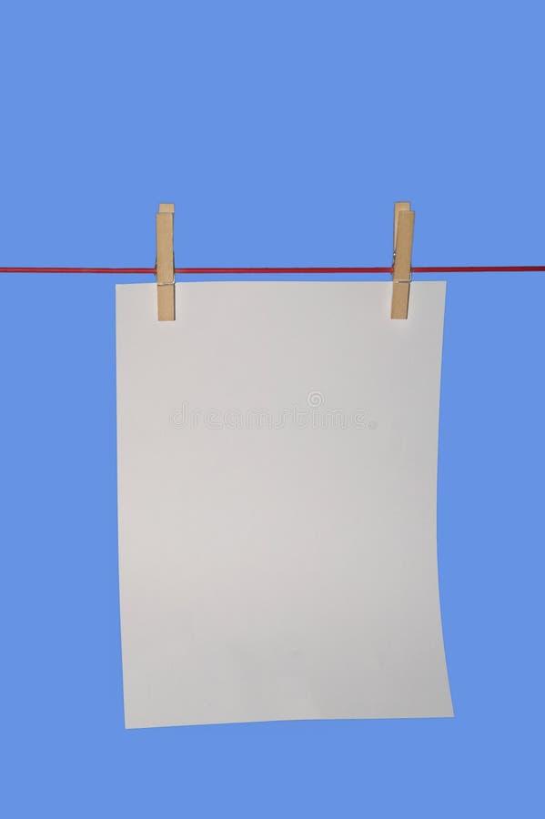 Vertikales Papier auf waschender Zeile stockfotos