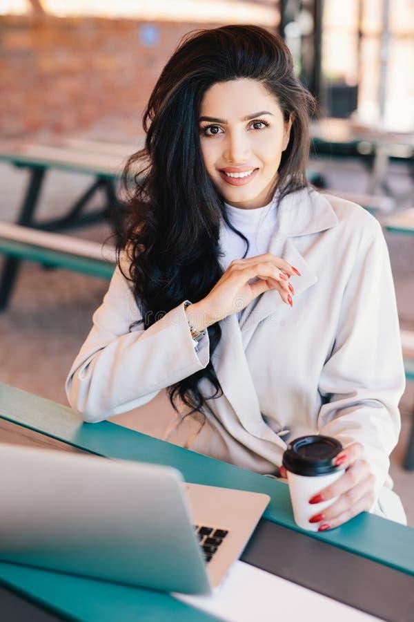 Vertikales Porträt des weiblichen Unternehmergenießens des jungen Brunette lizenzfreie stockfotos