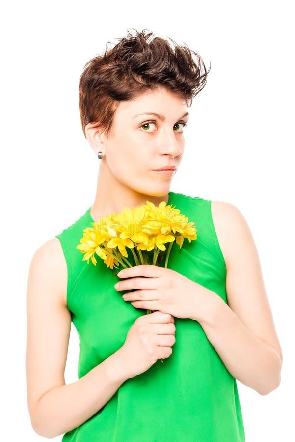 Vertikales Porträt einer Frau mit einem Blumenstrauß stockfotos