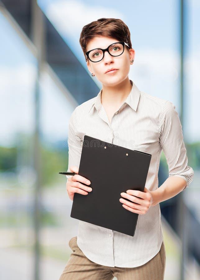 Vertikales Porträt einer Geschäftsfrau mit 25 Jährigen stockfotografie