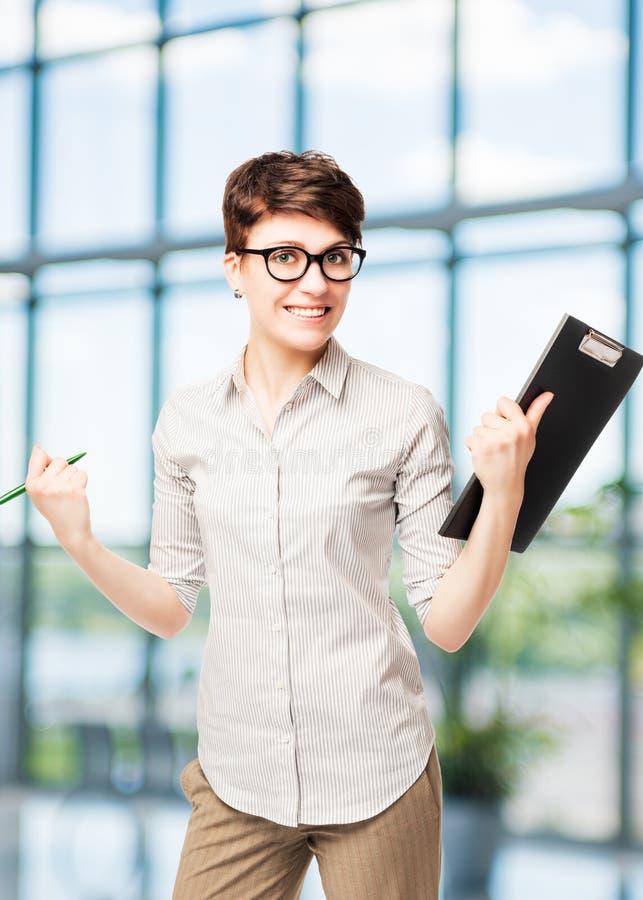 Vertikales Porträt einer glücklichen erfolgreichen Geschäftsfrau lizenzfreies stockfoto