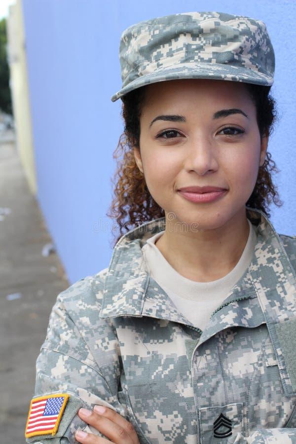 Vertikales Porträt einer militärischen ethnischen Armeefrau stockbild