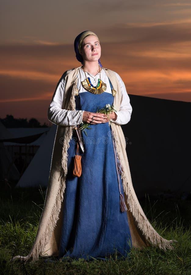 Vertikales Porträt im vollen Wachstum von slawischen Frauen von der Vergangenheit stockbilder