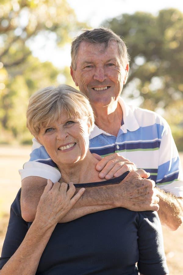 Vertikales Porträt von amerikanischem älterem schönem und glücklich reifen lizenzfreie stockfotografie
