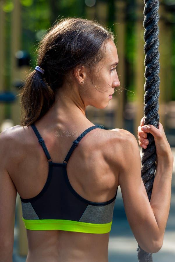 vertikales Porträt von der Rückseite eines Mädchens mit einem Seil lizenzfreie stockfotografie