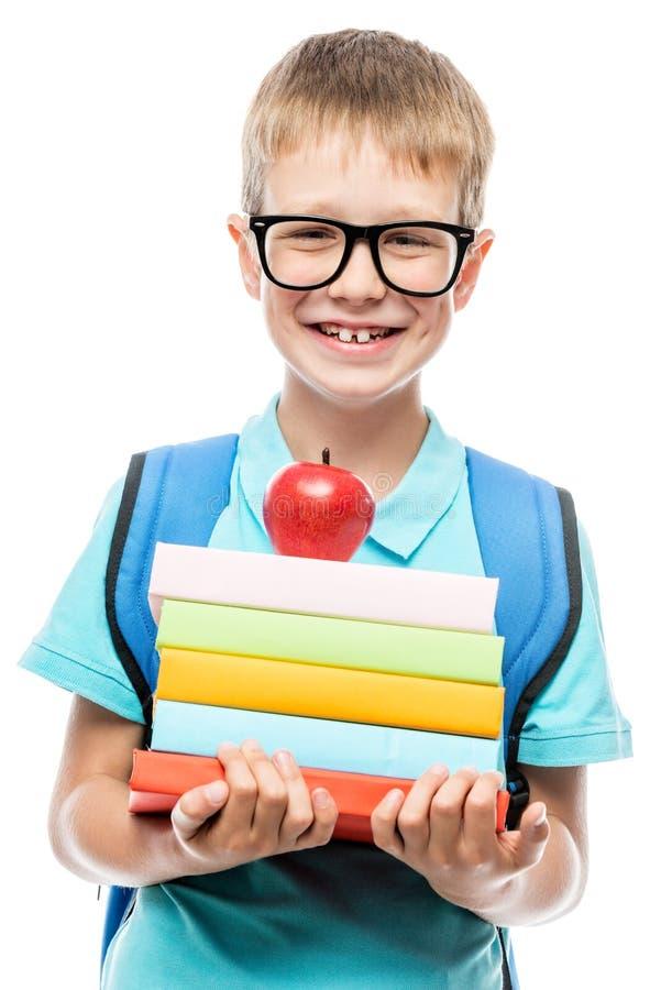 Vertikales Porträt von tragenden Gläsern eines Schülers mit einem Stapel von stockfotos