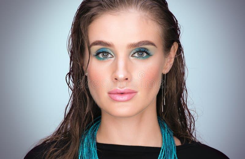 Vertikales Schönheitsnahaufnahmeporträt der jungen Schönheit mit dem nassen Haar lizenzfreies stockbild